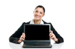 Geschäftsfrau, die Laptopbildschirm zeigt stockbild