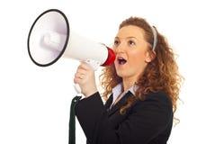 Geschäftsfrau, die in Lautsprecher schreit Stockbild
