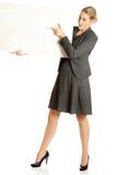 Geschäftsfrau, die leere Anschlagtafel anhält Stockfotos