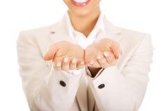 Geschäftsfrau, die leere Hände zeigt stockfoto