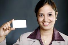 Geschäftsfrau, die leere Visitenkarte anhält lizenzfreie stockbilder