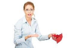 Geschäftsfrau, die leeren Geldbeutel hält stockfoto