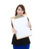 Geschäftsfrau, die leeres Papier auf Klemmbrett lokalisiert hält lizenzfreies stockfoto