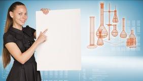 Geschäftsfrau, die leeres Papierblatt hält Lizenzfreies Stockfoto