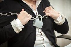 Geschäftsfrau, die Metallketten auseinander reißt lizenzfreies stockfoto