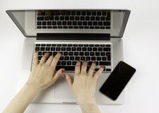Geschäftsfrau, die mit Computer arbeitet Lizenzfreies Stockfoto