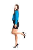 Geschäftsfrau, die mit dem angehobenen Bein aufwirft Stockfotos