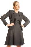 Geschäftsfrau, die mit den Händen auf Hüften steht lizenzfreie stockbilder