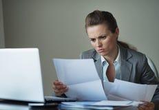 Geschäftsfrau, die mit Dokumenten arbeitet Stockfotografie