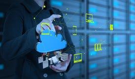 Geschäftsfrau, die mit einem Datenverarbeitungsdiagramm der Wolke arbeitet Lizenzfreies Stockbild