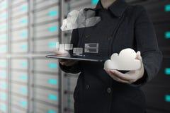 Geschäftsfrau, die mit einem Datenverarbeitungsdiagramm der Wolke arbeitet Stockfotografie