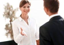 Geschäftsfrau, die mit einem Kollegen spricht stockbilder