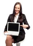 Geschäftsfrau, die mit einem Laptop sich darstellt Stockbild