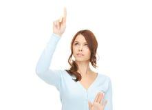 Geschäftsfrau, die mit etwas eingebildet arbeitet Lizenzfreies Stockfoto