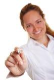 Geschäftsfrau, die mit Feder zeigt Lizenzfreie Stockfotos