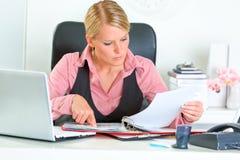Geschäftsfrau, die mit Finanzdokumenten arbeitet Stockbild