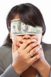 Geschäftsfrau, die mit Geld blind gemacht wird Stockbilder