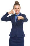Geschäftsfrau, die mit Handzeichen nennt Stockbilder