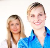 Geschäftsfrau, die mit ihrem Kollegen lächelt Stockbilder