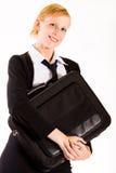 Geschäftsfrau, die mit ihrem Laptopbeutel aufwirft lizenzfreie stockbilder