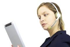 Geschäftsfrau, die mit ipad und Kopfhörer arbeitet Stockfotos
