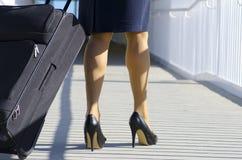 Geschäftsfrau, die mit Koffer reist lizenzfreie stockfotografie