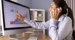 Geschäftsfrau, die mit Kollegen auf Smartphone spricht Lizenzfreies Stockfoto