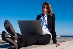 Geschäftsfrau, die mit Laptop, Abschluss arbeitet Stockfotografie
