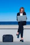 Geschäftsfrau, die mit Laptop arbeitet Stockfotos