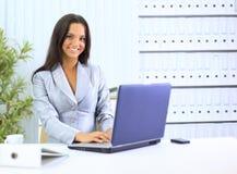 Geschäftsfrau, die mit Laptop arbeitet stockfoto