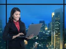 Geschäftsfrau, die mit Laptop arbeitet stockfotografie