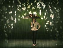 Geschäftsfrau, die mit Regenschirm stehen und Regnen der Zahlen 3d conc Stockfotos