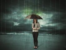 Geschäftsfrau, die mit Regenschirmdatenschutzkonzept steht Stockbild