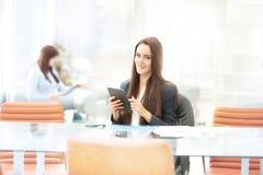 Geschäftsfrau, die mit Tablette im Büro arbeitet stockbild
