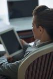 Geschäftsfrau, die mit Tablette PC arbeitet. Hintere Ansicht Stockfotografie