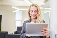 Geschäftsfrau, die mit Tablettencomputer arbeitet Stockfotos