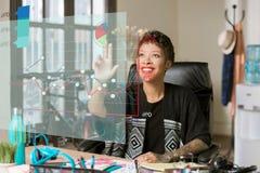 Geschäftsfrau, die mit Zahlen auf einem futuristischen Finanzch arbeitet Lizenzfreie Stockbilder