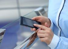 Geschäftsfrau, die mobilen Smartphone verwendet Stockbild