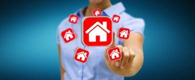 Geschäftsfrau, die moderne Anwendung verwendet, um eine Wohnung zu mieten Lizenzfreie Stockfotos