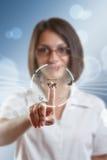 Geschäftsfrau, die moderne Tasten bedrängt lizenzfreie abbildung