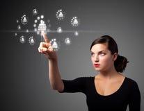 Geschäftsfrau, die modernen Sozialtypen der Ikonen bedrängt Lizenzfreie Stockbilder