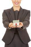 Geschäftsfrau, die Musterhaus hält Stockbilder