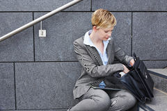Geschäftsfrau, die nach Dateien im Aktenkoffer sucht Lizenzfreies Stockfoto