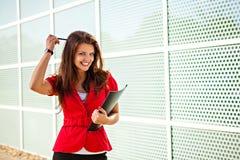 Geschäftsfrau, die nach Ideen sucht Stockfotografie