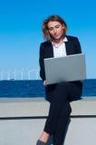 Geschäftsfrau, die nahe Strand sitzt Stockbild