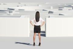 Geschäftsfrau, die nahen Labyrintheingang steht Stockfotografie