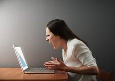 Geschäftsfrau, die negative Statistik betrachtet Stockbilder
