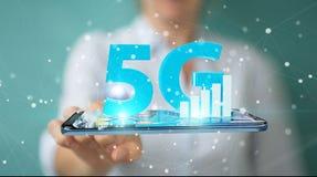 Geschäftsfrau, die Netz 5G mit Wiedergabe des Handys 3D verwendet Lizenzfreie Stockfotos