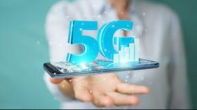 Geschäftsfrau, die Netz 5G mit Wiedergabe des Handys 3D verwendet Lizenzfreies Stockfoto