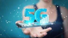 Geschäftsfrau, die Netz 5G mit Wiedergabe des Handys 3D verwendet Stockfoto
